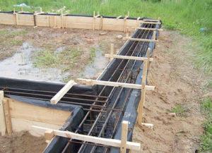 Опалубка и армирование фундамента для бани