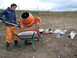 Замешивание бетона для фундамента